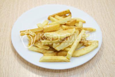 Снимать готовый картофель шумовкой, сливая лишнее масло. Выложить на терелку и сразу посолить.