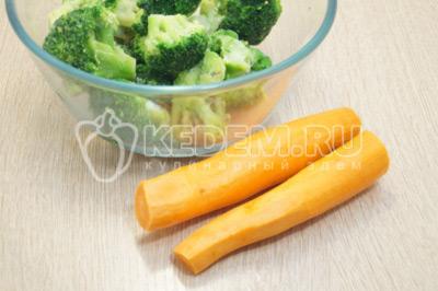 Брокколи разморозить, морковь очистить.