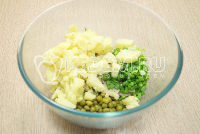 Добавить кубиками нарезанный картофель и мелко нашинкованный зеленый лук.