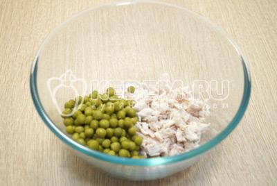 В миске смешать мелко нарезанное куриное филе и консервированной зеленый горошек.