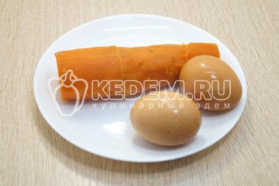 Морковь и яйца отварить, остудить и очистить.
