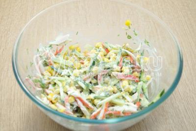 Заправить салат майонезом и перемешать.