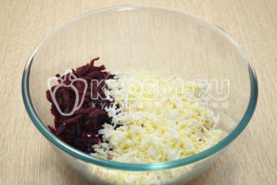 Добавить тертые яйца и тертый сыр.
