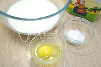 Добавить 1 яйцо и сахар.