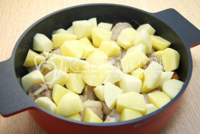 Добавить кусочками нарезанный картофель.