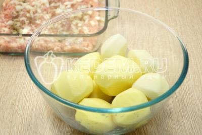 Картофель очистить и нарезать ломтиками.