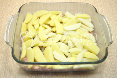 Добавить половину картофеля, посолить по вкусу.