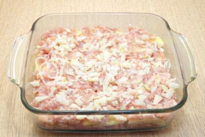 Повторить слой мяса с луком, посолить по вкусу.