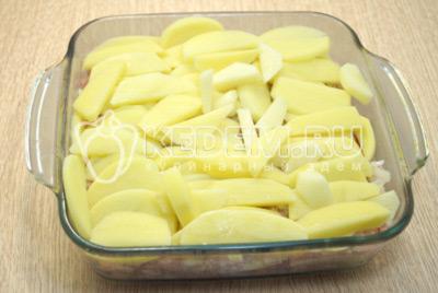 Повторить слой картофеля и посолить немного.