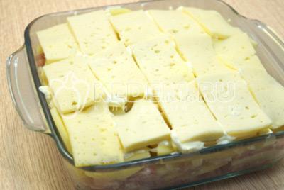 Добавить ломтики сыра.