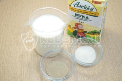 Молоко подогреть до теплого состояния, дрожжи смешать с 1 чайной ложкой сахара.