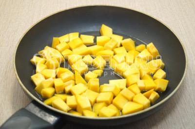 Кусочки тыквы притушить на сковороде с  небольшим количеством воды, 5-7 минут.