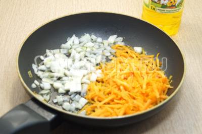 На сковороде на натуральном подсолнечном масле ТМ «Алейка» обжарить лук и морковь, 1-2 минуты.