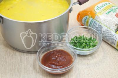 Добавить томатную пасту и нарубленную зелень. Готовить 1-2 минуты.