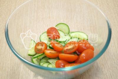 В миску нарезать огурец и помидоры черри.