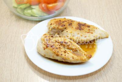 Куриное филе остудить и нарезать ломтиками.