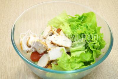 Добавить курицу и листья салата к овощам.