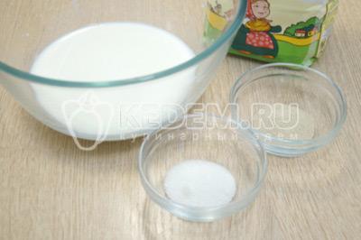 В 100 мл. тёплого молока развести дрожжи с 1 ч.л сахара.