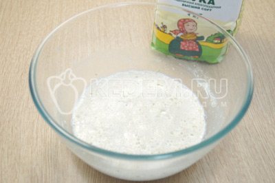 Убрать миску в тёплое место на 15 минут.
