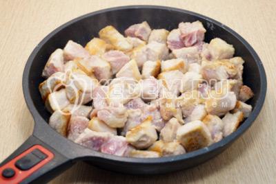 Выложить на сковороду с разогретым растительным маслом и обжаривать 5-7 минут, помешивая.