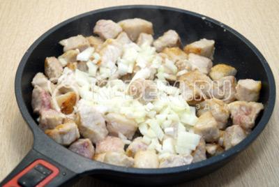 Добавить мелко нашинкованный лук и готовить еще 2-3 минуты.