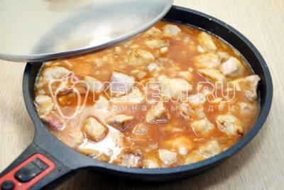 Прикрыть крышкой и готовить 25-30 минут на медленном огне.