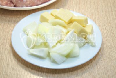 Кусочками нарезать лук и твёрдый сыр.