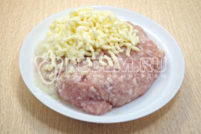 Перекрутить на мясорубке сыр и лук. Добавить к фаршу.