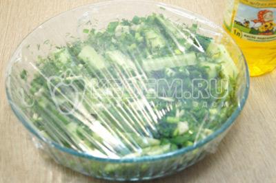 Затянуть пищевой пленкой и хорошо встряхнуть, убрать в холодильник на 30 минут.