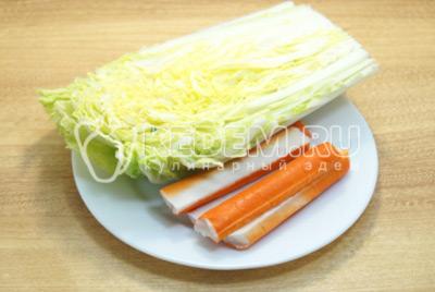 Пекинскую капусту очистить от вялых листиков, крабовые палочки достать из упаковки.
