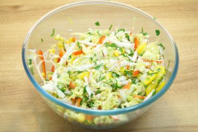 Салат посолить и перемешать. По вкусу заправить растительным маслом или майонезом на выбор.