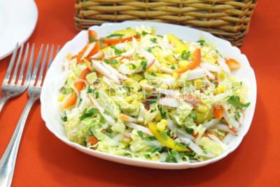 Салат с крабовыми палочками и пекинской капустой «Камелия»