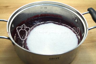 Переложить массу в кастрюлю и добавить сахар.