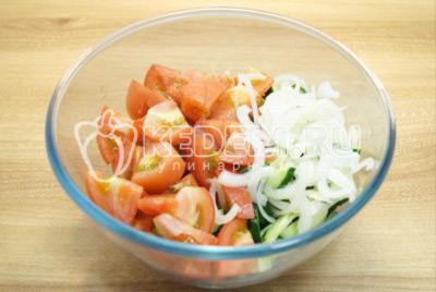 Добавить нарезанные помидоры и нашинкованный лук.