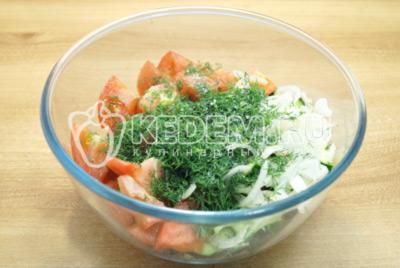 Добавить мелко нашинкованный укроп и посолить салат по вкусу.