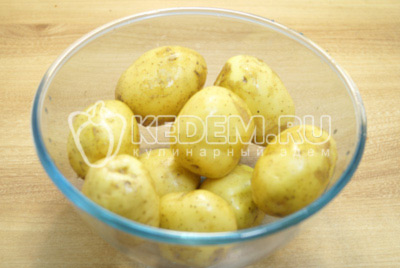 Молодой картофель промыть и обсушить.