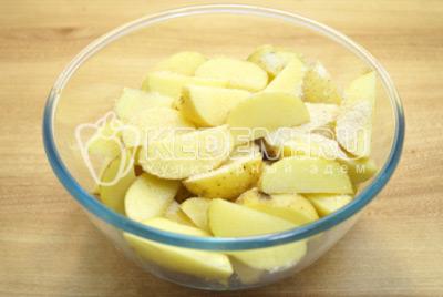 Приправить солью,  сухим чесноком и растительным маслом.