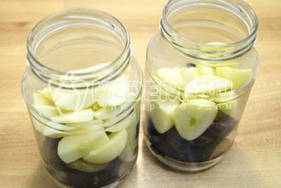 Добавить ломтиками нарезанные яблоки, без сердцевины.