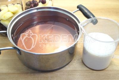 Воду слить в кастрюлю и добавить сахар, из расчета на 1 литр 200 г сахара. Вскипятить сироп.