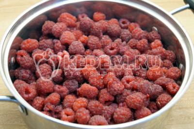 Переложить ягоды малины в кастрюлю для варки.