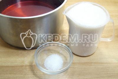 Воду с банок слить в кастрюлю, добавить сахар и лимонную кислоту. Вскипятить сироп.