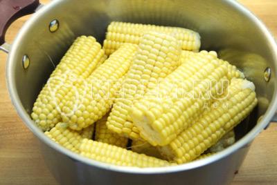 Если кукуруза слишком длинная, поломать на половинки каждый початок. Сложить в кастрюлю.