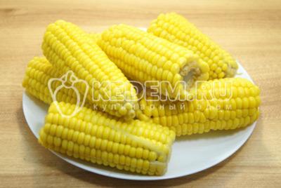 Кукурузу выложить на блюдо и сразу посолить.