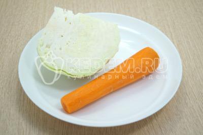 200 г белокочанной капусты и 1 морковь очистить.
