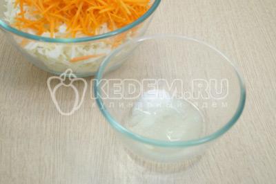 В небольшой миске смешать 3 ст. ложки растительного масла, ½ ст. ложки соли и 1 ст. ложку сахара. Перемешать.