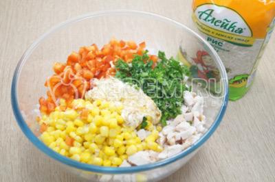 В миску с салатом добавить заправку и мелко нашинкованную зелень петрушки.