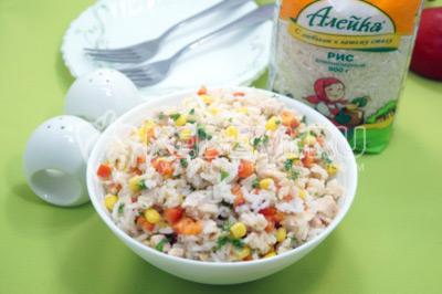 Салат с рисом, копченой курицей и овощами