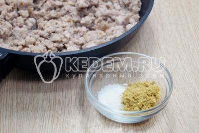 Добавить в фарш 1/2 ст. ложку соли и 1/2 ст. ложки специй для мяса.