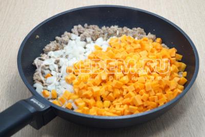 Добавить нарезанный лук и морковь. Перемешать и готовить 3-5 минут.