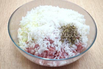 Добавить отварной рис, 1/2 ч. ложку соли и 1/4 ч. ложку прованских трав.